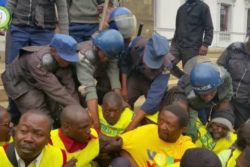 Watch Police Crashing vendor's Demo in Zimbabwe – #Chat263